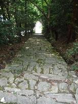 県道からの見事な石段